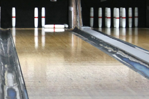 How does candlepin bowling work?